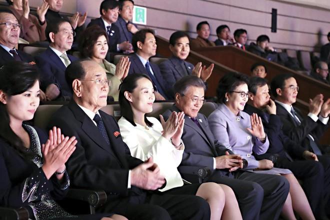 TT Moon trò chuyện vui vẻ với em gái ông Kim, đại diện Triều Tiên rơi lệ khi xem ca nhạc - Ảnh 7.