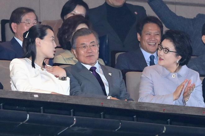 TT Moon trò chuyện vui vẻ với em gái ông Kim, đại diện Triều Tiên rơi lệ khi xem ca nhạc - Ảnh 8.