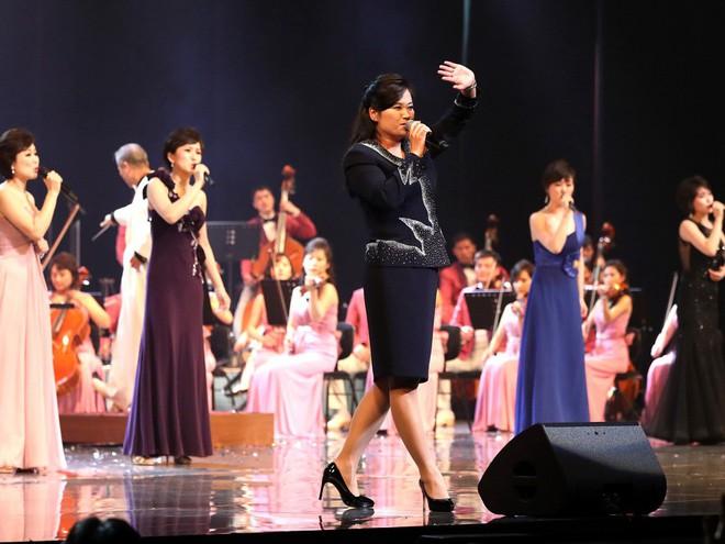 TT Moon trò chuyện vui vẻ với em gái ông Kim, đại diện Triều Tiên rơi lệ khi xem ca nhạc - Ảnh 12.