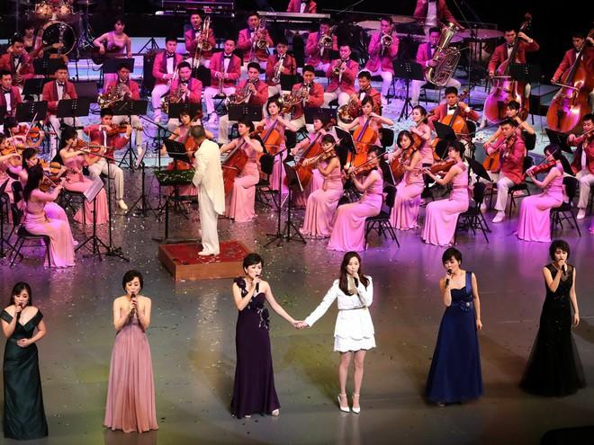 TT Moon trò chuyện vui vẻ với em gái ông Kim, đại diện Triều Tiên rơi lệ khi xem ca nhạc - Ảnh 13.