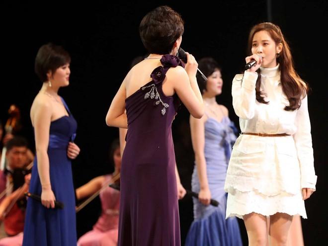 TT Moon trò chuyện vui vẻ với em gái ông Kim, đại diện Triều Tiên rơi lệ khi xem ca nhạc - Ảnh 15.