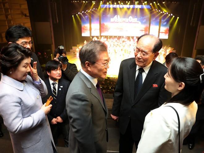 TT Moon trò chuyện vui vẻ với em gái ông Kim, đại diện Triều Tiên rơi lệ khi xem ca nhạc - Ảnh 3.