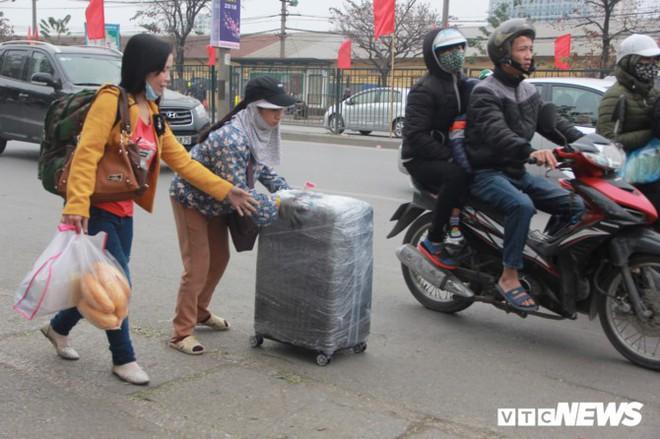 Đẩy vali cho khách kiếm tiền triệu mỗi ngày ở bến xe Giáp Bát - Ảnh 1.