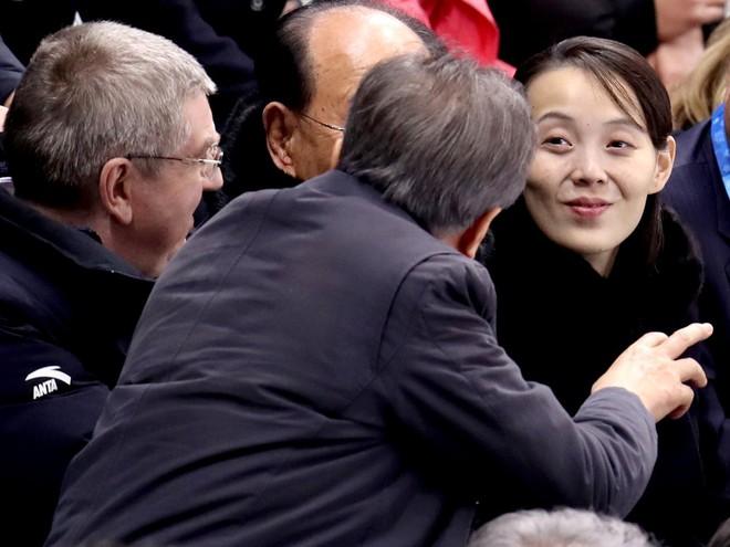 Chỉ đi nhẹ, nói khẽ, cười duyên, vì sao bà Kim Yo Jong gây bão xứ Hàn? - Ảnh 2.