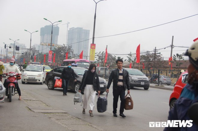 Đẩy vali cho khách kiếm tiền triệu mỗi ngày ở bến xe Giáp Bát - Ảnh 3.