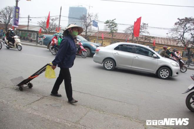 Đẩy vali cho khách kiếm tiền triệu mỗi ngày ở bến xe Giáp Bát - Ảnh 4.