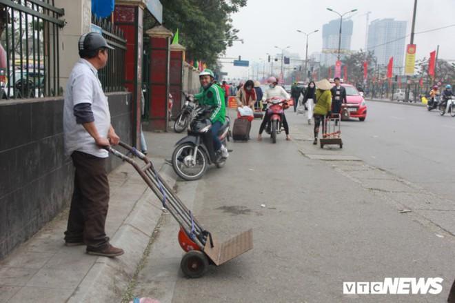 Đẩy vali cho khách kiếm tiền triệu mỗi ngày ở bến xe Giáp Bát - Ảnh 5.