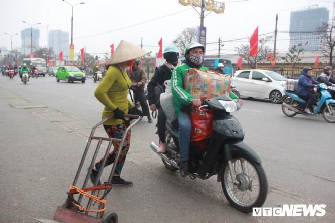Đẩy vali cho khách kiếm tiền triệu mỗi ngày ở bến xe Giáp Bát - Ảnh 6.
