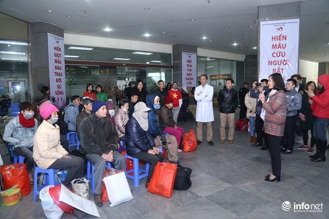 Những chiếc xe nghĩa tình đưa gần 100 bệnh nhân Viện Huyết học về quê đón Tết - Ảnh 6.