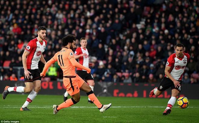 """Salah ghi bàn """"không biết mệt"""", Liverpool khiến Man United lo sợ"""