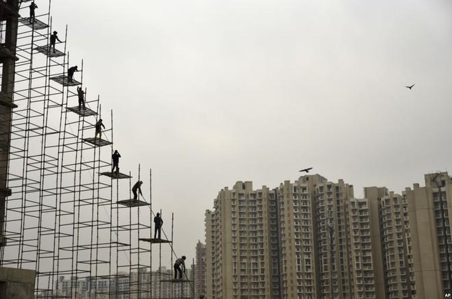 24h qua ảnh: Cảnh chen chúc nghẹt thở trên tàu Tết ở Trung Quốc - Ảnh 10.