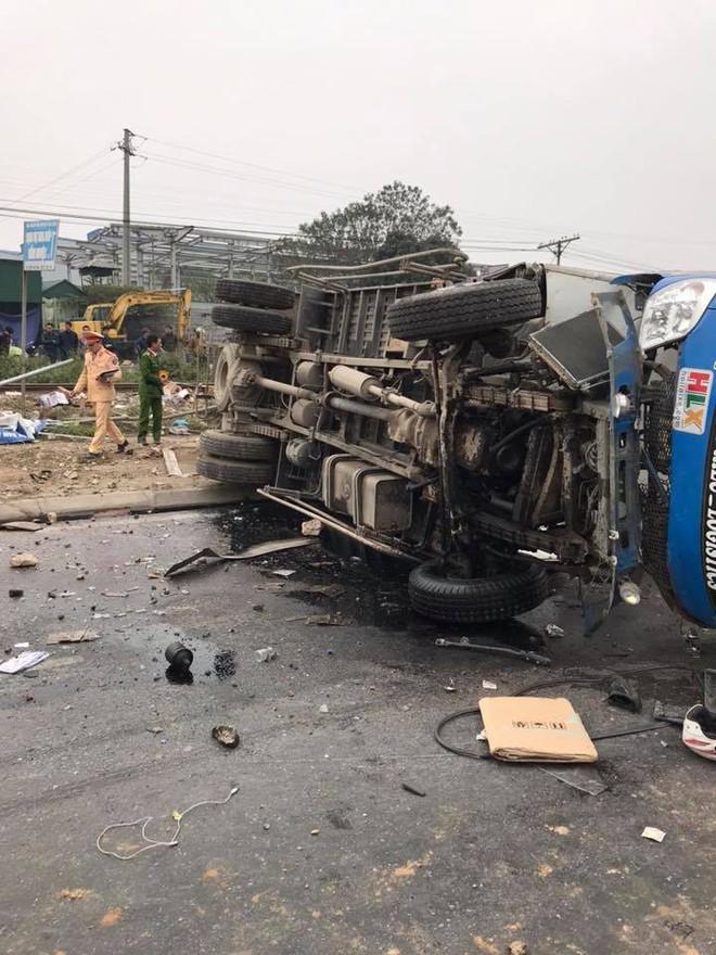 Va chạm với tàu hỏa trưa 28 Tết, tài xế xe tải ở Hưng Yên tử vong - Ảnh 2.