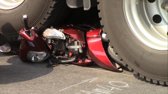 Xe đầu kéo cán nát xe máy dưới gầm cầu vượt chiều 28 tết, 2 vợ chồng nguy kịch - Ảnh 1.