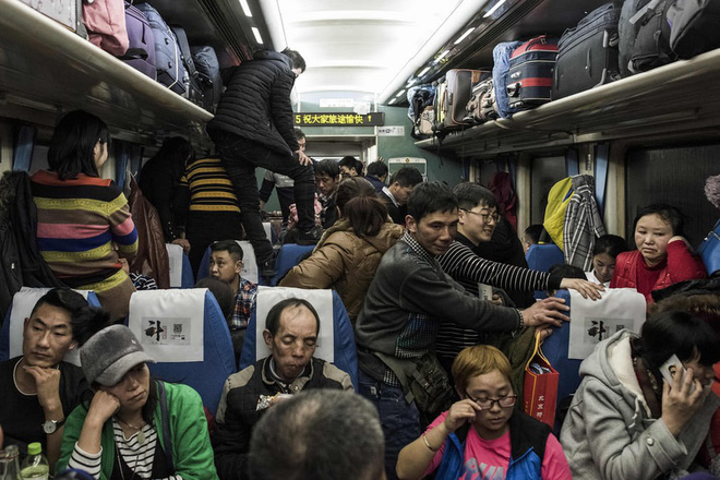 24h qua ảnh: Cảnh chen chúc nghẹt thở trên tàu Tết ở Trung Quốc - Ảnh 3.