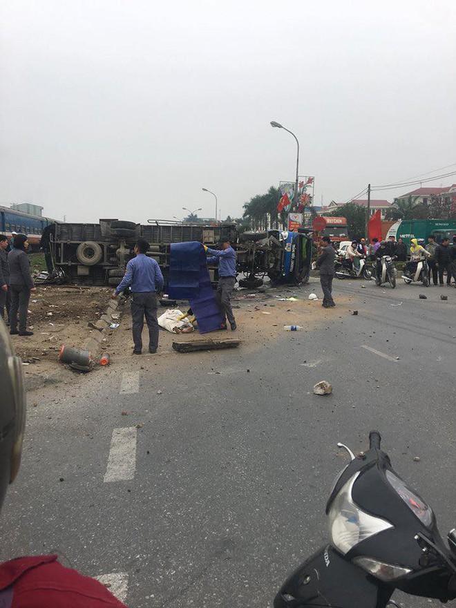 Va chạm với tàu hỏa trưa 28 Tết, tài xế xe tải ở Hưng Yên tử vong - Ảnh 1.