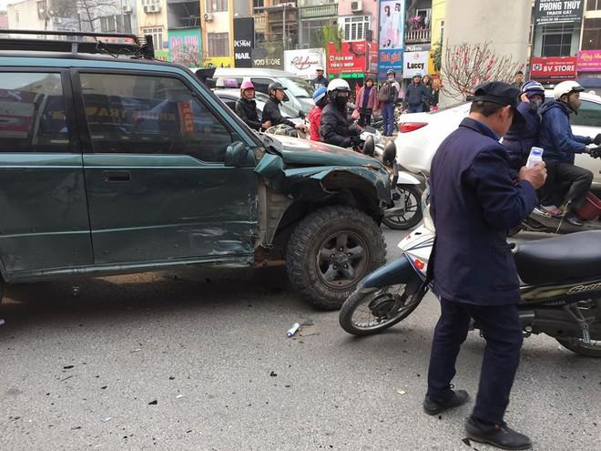 Ba ô tô đâm nhau liên hoàn trên phố chiều 28 tết làm nhiều người bị thương - Ảnh 2.