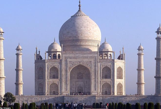 Lăng Taj Mahal biểu tượng của Ấn Độ đã chuyển thành màu vàng vì một lý do cực kỳ đáng ngại - Ảnh 1.