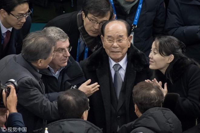 Cách sắp xếp ghế ngồi thú vị của HQ: Sự xích lại gần nhau của TT Moon và em gái ông Kim - Ảnh 1.