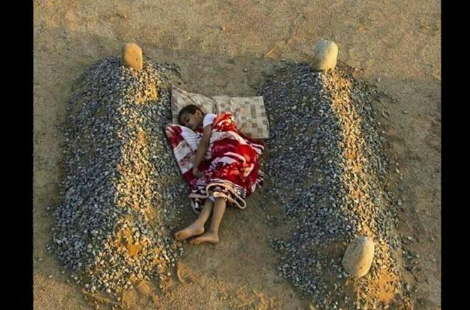 Những bức ảnh giả nổi tiếng nhất lịch sử: Đứa bé diễn sâu nằm ngủ bên mộ cha mẹ, sau đó lại tươi cười tạo dáng - Ảnh 9.