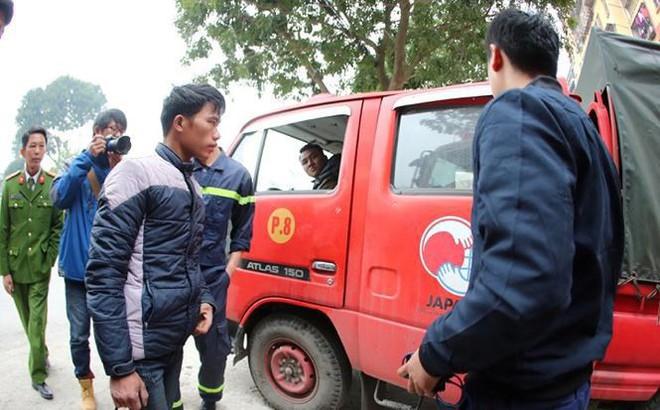 Các chiến sĩ giúp đỡ công nhân nhịn đói nhiều ngày về quê ăn Tết