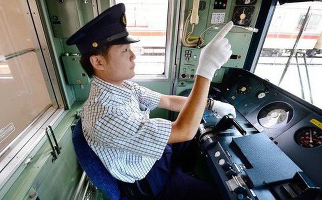 Nhân viên đường sắt Nhật Bản luôn dùng tay chỉ vào mọi vật và đây là lý do đằng sau hành động thú vị ấy