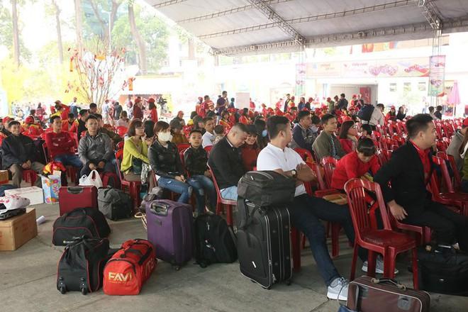 Những cuộc gặp gỡ Bắc - Nam của công nhân nghèo chiều 29 Tết - Ảnh 1.