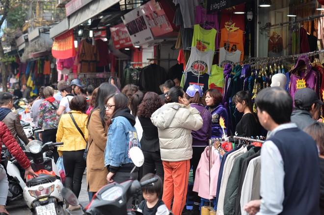 Phố cổ Hà Nội tấp nập người mua sắm ngày 29 Tết - Ảnh 2.