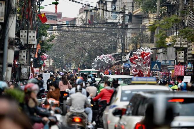 Phố cổ Hà Nội tấp nập người mua sắm ngày 29 Tết - Ảnh 3.