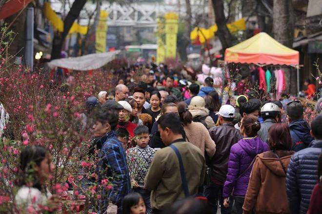 Phố cổ Hà Nội tấp nập người mua sắm ngày 29 Tết - Ảnh 5.