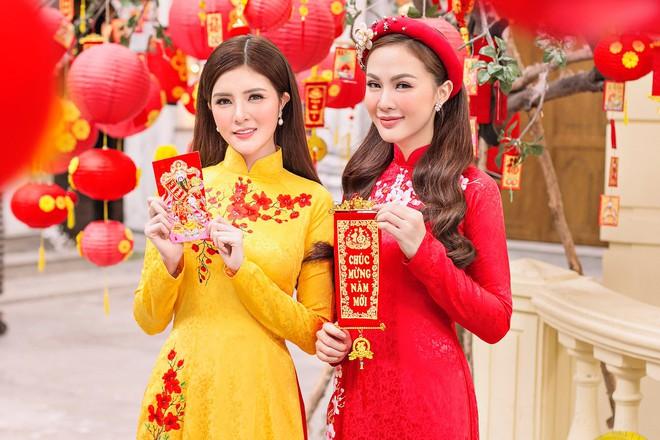 Kelly Nguyễn rủ bạn thân Lilly Luta diện áo dài đi dạo phố cuối năm - ảnh 10