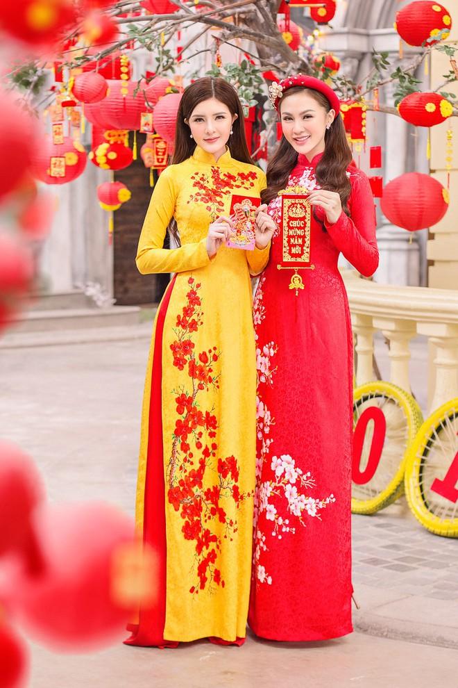 Kelly Nguyễn rủ bạn thân Lilly Luta diện áo dài đi dạo phố cuối năm - ảnh 9