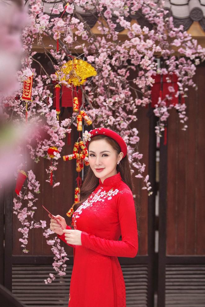 Kelly Nguyễn rủ bạn thân Lilly Luta diện áo dài đi dạo phố cuối năm - ảnh 7