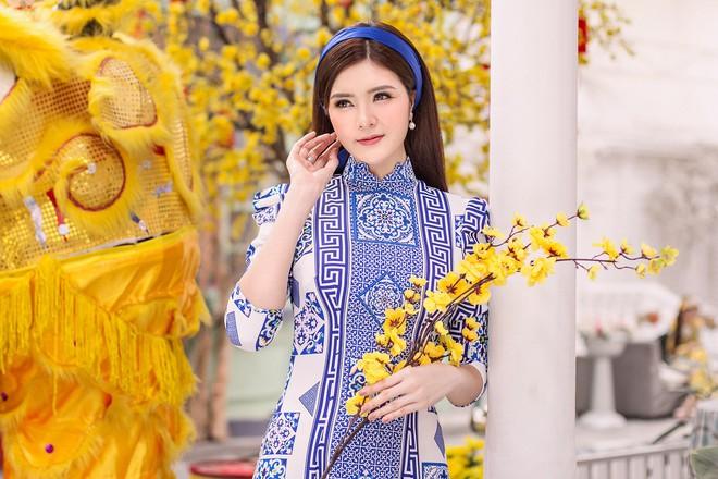 Kelly Nguyễn rủ bạn thân Lilly Luta diện áo dài đi dạo phố cuối năm - Ảnh 3.