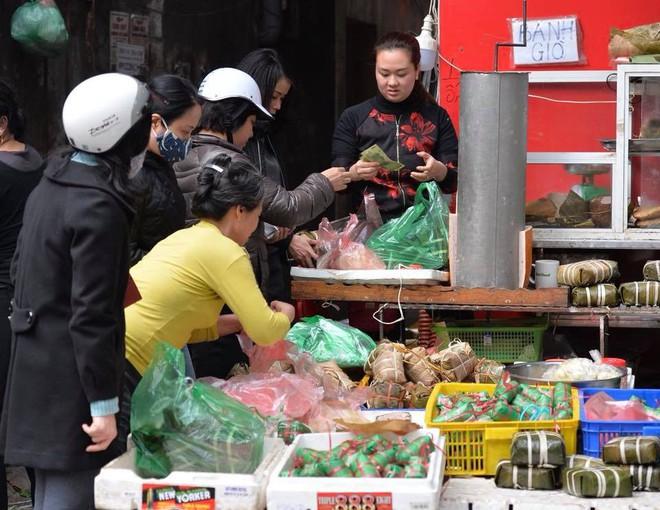 Phố cổ Hà Nội tấp nập người mua sắm ngày 29 Tết - Ảnh 9.