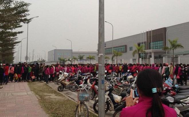 """Clip nhìn thôi cũng mệt: Hàng trăm nhân viên """"nối đuôi"""" nhau suốt cả tiếng đồng hồ ở cây ATM để chờ rút tiền"""