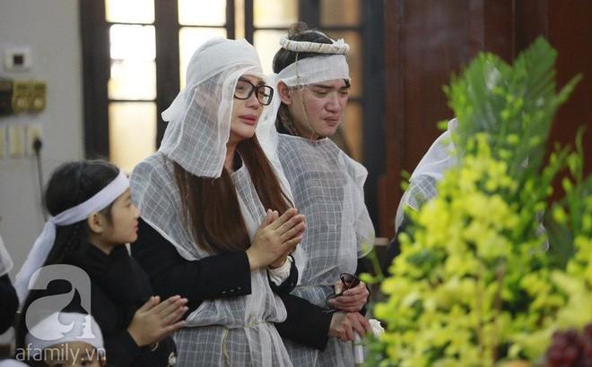 Trương Ngọc Ánh nghẹn ngào tiều tụy trong đám tang cha ruột
