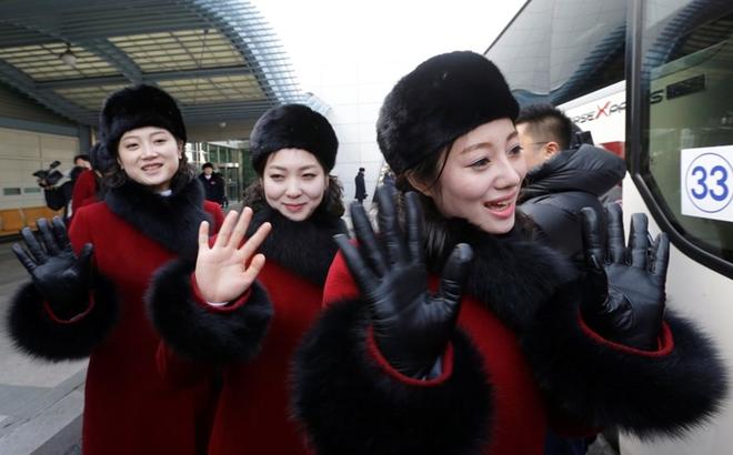 Đội cổ vũ Triều Tiên bị hàng trăm phóng viên săn đuổi, phải bỏ dở chuyến tham quan