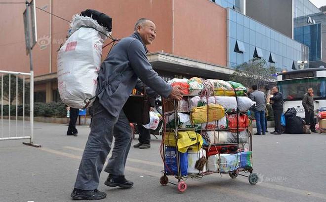 Cha già âm thầm vác 2 tạ quà quê, đi hơn 400km để đoàn tụ với vợ con
