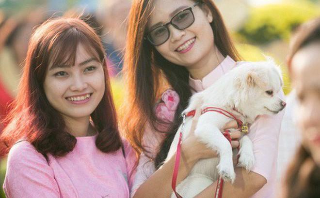 Ngày đầu tiên của kỳ nghỉ Tết âm lịch: Mặc trời nắng nóng, hàng trăm người dân ở Sài Gòn vẫn kéo nhau lên phố chụp ảnh