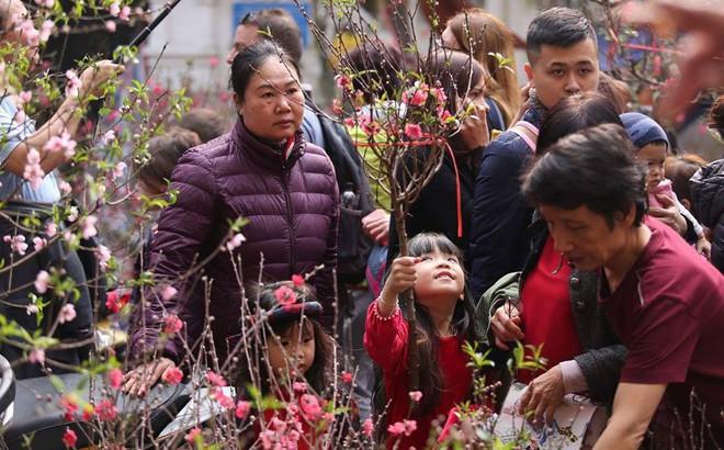 Phố cổ Hà Nội tấp nập người mua sắm ngày 29 Tết