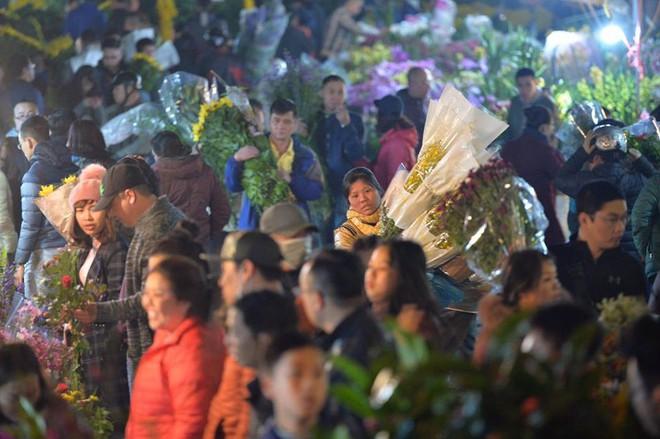 [ẢNH] Tấp nập chợ hoa Quảng An đêm trước Giao thừa - Ảnh 10.