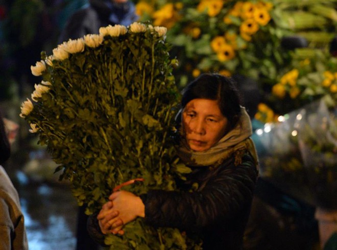 [ẢNH] Tấp nập chợ hoa Quảng An đêm trước Giao thừa - Ảnh 14.