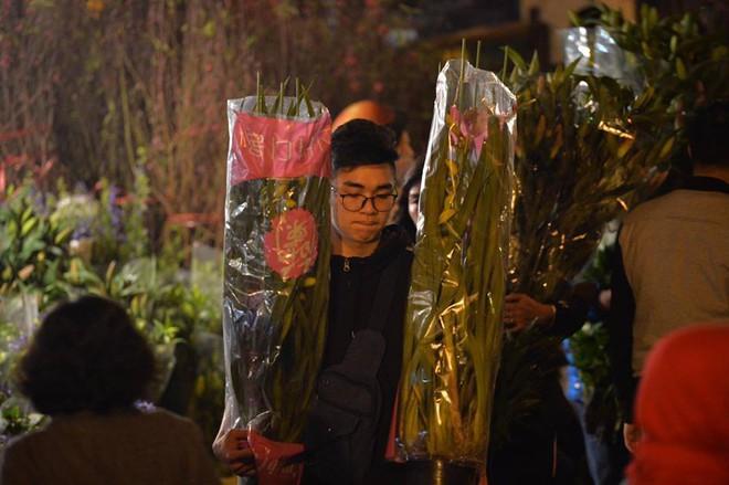 [ẢNH] Tấp nập chợ hoa Quảng An đêm trước Giao thừa - Ảnh 15.