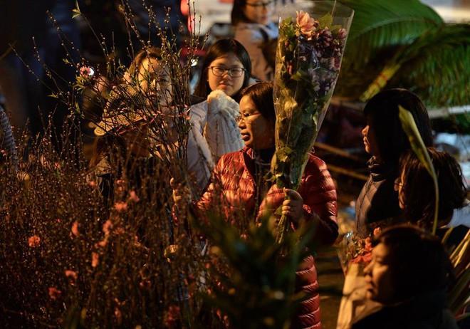 [ẢNH] Tấp nập chợ hoa Quảng An đêm trước Giao thừa - Ảnh 3.