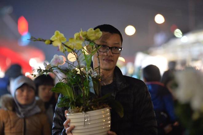 [ẢNH] Tấp nập chợ hoa Quảng An đêm trước Giao thừa - Ảnh 16.