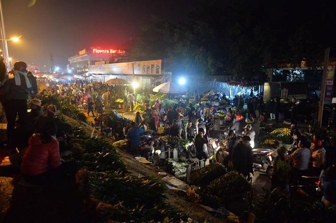 [ẢNH] Tấp nập chợ hoa Quảng An đêm trước Giao thừa - Ảnh 18.