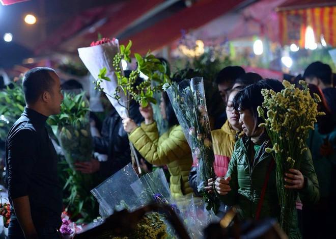 [ẢNH] Tấp nập chợ hoa Quảng An đêm trước Giao thừa - Ảnh 4.