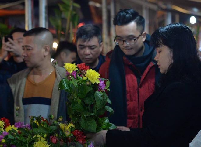 [ẢNH] Tấp nập chợ hoa Quảng An đêm trước Giao thừa - Ảnh 5.