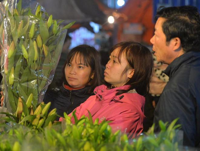 [ẢNH] Tấp nập chợ hoa Quảng An đêm trước Giao thừa - Ảnh 6.