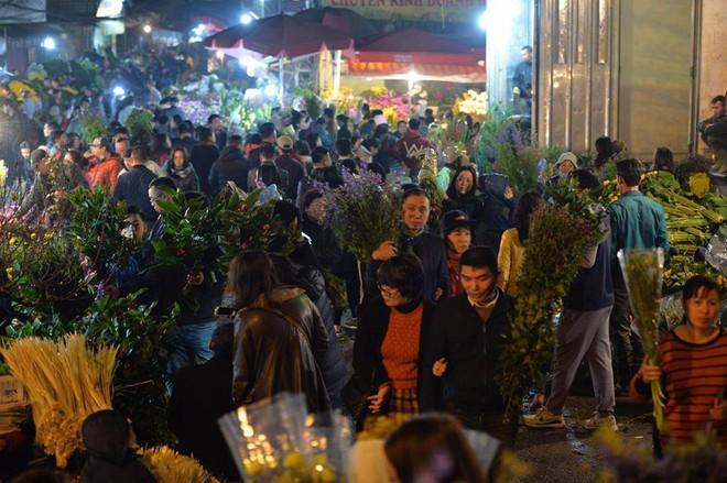 [ẢNH] Tấp nập chợ hoa Quảng An đêm trước Giao thừa - Ảnh 19.
